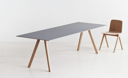 Table Copenhague d'Erwan et Ronan Bouroullec, structure en chêne teinté, plateau en linoleum, L 250 x P 90 x H 74 cm, 1287€ sur http://www.sitondesign.com