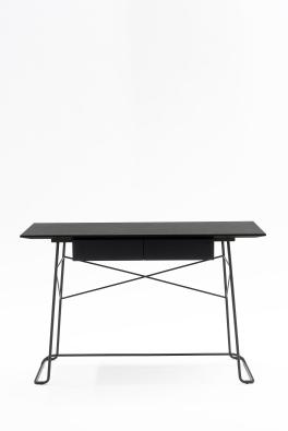 """Bureau """"ZA1"""" de Marco Zanuso Jr avec plateau en placage de chêne vernis noir et piétement en métal laqué chromé, L 120 x P 65 x H 77cm. COEDITION, http://www.coedition.fr/ http://www.coedition.fr/"""