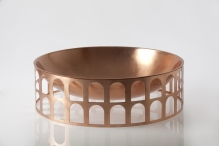 "Porte-fruits/centre de table ""Colosseum I"" de Jaime Hayon en cuivre ,Ø50 x H15 cm, Paola C"
