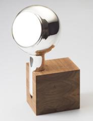 """Miroir """"Yve """" de Maarten Baptist, Verre soufflé argenturé avec base en noisetier ou chêne massif, L 17 x H 290 cm, Th Manufacture"""