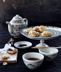 Théière en porcelaine, 1.5l, 16,99€, tasse à thé en porcelaine, 35cl, 9,99€/2 pièces, plat de présentation en porcelaine, Ø31, H13cm., 24,90€, collection Ryssby - Ikea.