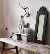 Coffres en acier galvanisé, 20×15×15cm et 23×18×18cm, 29€ les 2 pièces, miroir en pin massif teinté, L76×H46cm, 39€, collection Ryssby - Ikea.