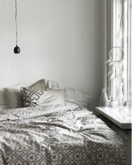 Parure de lit en coton, déclinée en noir ou rouge, 24,95€ la parure de lit 1 personne, collection Ryssby - Ikea.