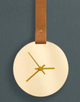 """Miroir """"Hadéenne"""" avec cadran en laiton poli à la main et vernis, courroie en cuir, aiguilles laquées époxy brillant, D 16 x H 75 cm, Maisonnée"""