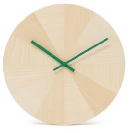 """Horloge constituée de douze quartiers en bois de frêne qui remplacent les chiffres de la traditionnelle pendule, créé par Ding 3000 de 35 cm de diamètre. 105€ """"Pieces Of Time"""" Discipline chez SIlvera"""