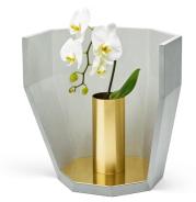 """Soliflore """"Multifacet"""" de matali crasset en béton fibré haute performance, laiton poli, 40 x 39 x 27 cm, prix sur demande, édition Concrete LCDA. ©Concrete LCDA"""