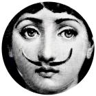 Piero Fornasetti, assiette de la série « Tema e Variazioni » Porcelaine. Diamètre 26 cm © Courtesy Fornasetti