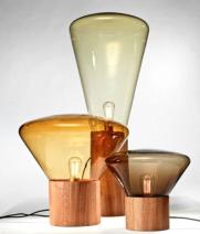"""Lampe de table """"Medium"""" en bois et verre. 770 € Brokis"""