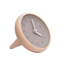 """Horloge """"Toupie"""" . Au fur et à mesure que le temps passe, ses aiguilles viennent équilibrer les chiffres pour qu'ils retrouvent leur place traditionnelle. 89€, Fleux"""
